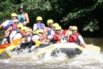 Volles Rafting Boot im Fluss