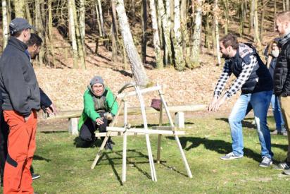 mann benutzt ein selbstgebautes katapult-Dessau