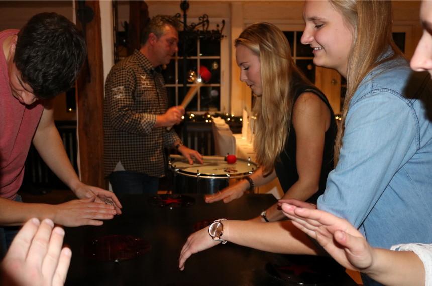 Team trommelt im Restaurant nach dem Dinner auf dem Tisch