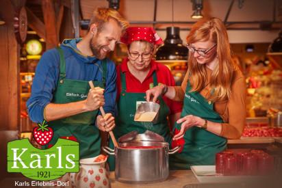 Karls Erlebnis Dorf Teilnehmer beim Marmelade kochen