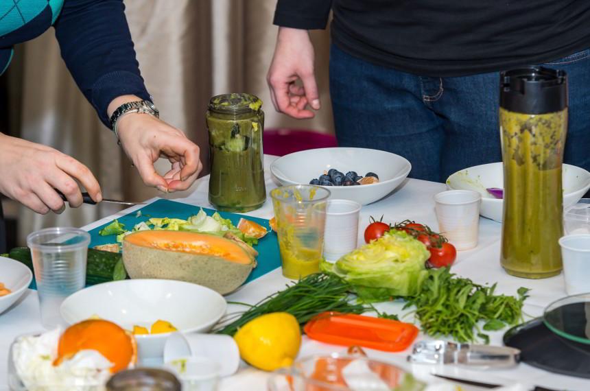 Obst Gemüse Tisch schneiden pürieren Smoothie