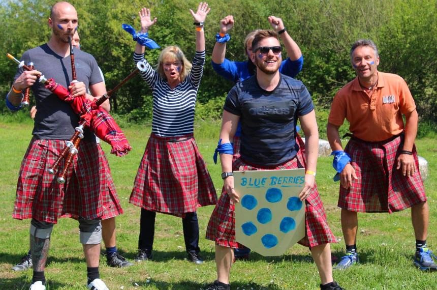 Teilnehmer jubeln im Schottenrock bei den Highland Games
