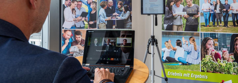 Remote Event Moderator begrüßt Gruppe bei zoom