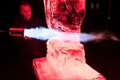 Eis Skulptur schnitzen Team Feuer